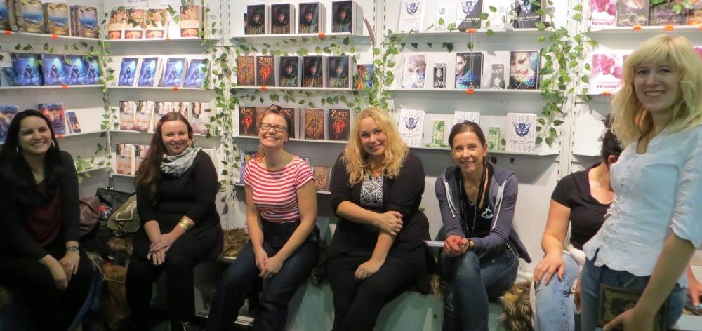 Fanny Bechert und Nicole Böhm mit weiteren Autorinnen auf der FBM 2016