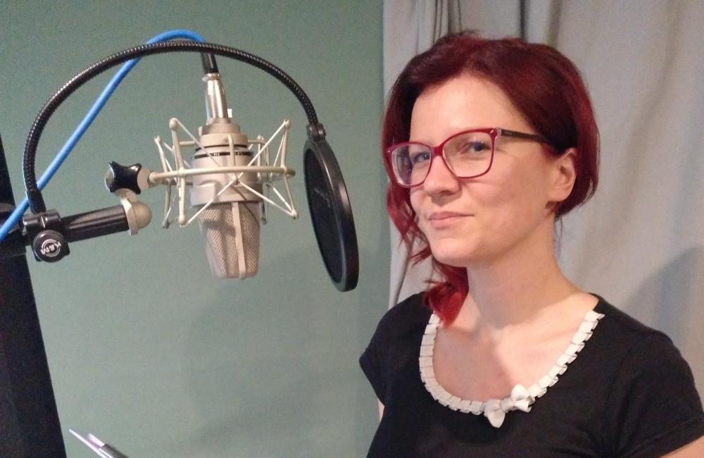 Hörbuchsprecherin Fanny Bechert im Tonstudio